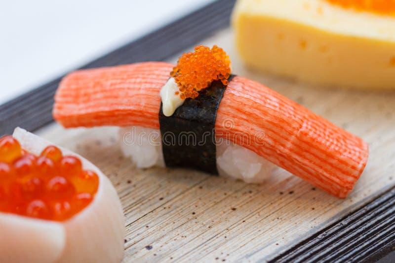 Sluiten-op Kani Sushi Topping met Ebiko royalty-vrije stock fotografie