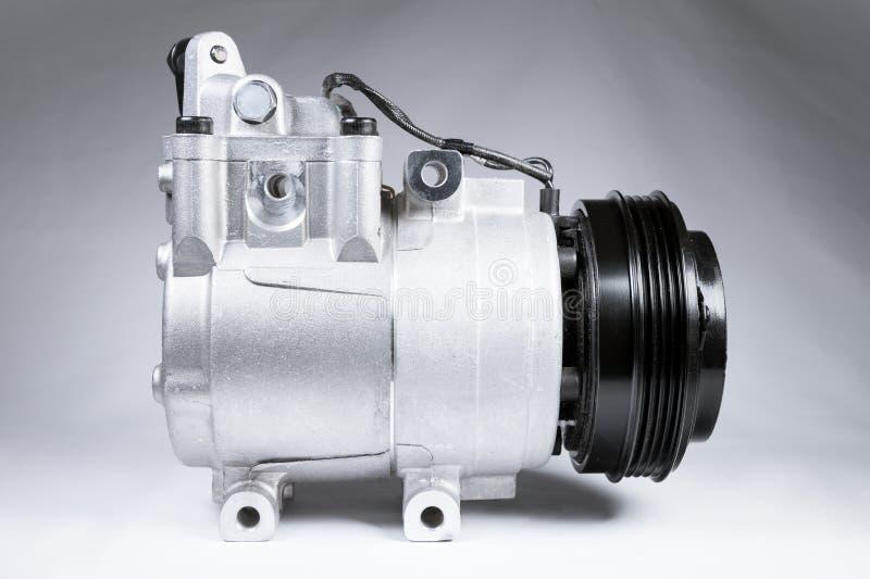 Sluiten van de nieuwe compressor van de airconditioning van auto's op grijze achtergrond royalty-vrije stock foto's
