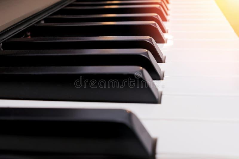 Sluiten van klassiek pianotoetsenbord stock fotografie
