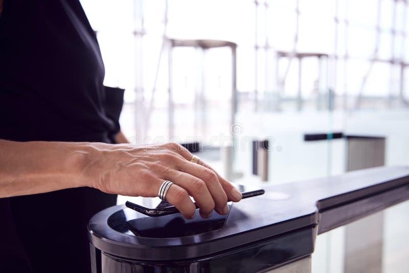 Sluiten van passagiers op luchthaven Departure Lounge Scanning Digital Boarding Pass op Smart Phone stock foto