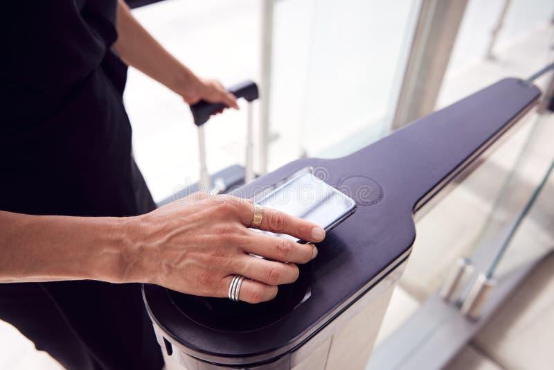 Sluiten van passagiers op luchthaven Departure Lounge Scanning Digital Boarding Pass op Smart Phone royalty-vrije stock afbeeldingen