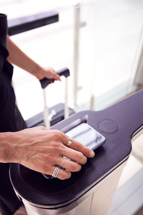 Sluiten van passagiers op luchthaven Departure Lounge Scanning Digital Boarding Pass op Smart Phone royalty-vrije stock foto's