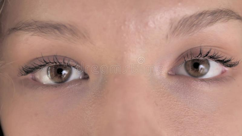 Sluiting van Blinking Eyes of Curly Hair Woman royalty-vrije stock foto