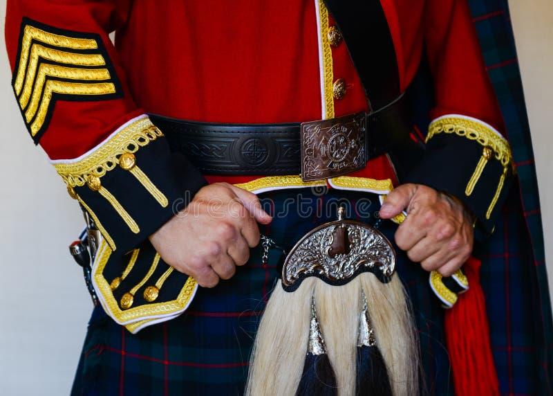 Sluiting van brandweerman in traditionele Schotse kleding stock foto