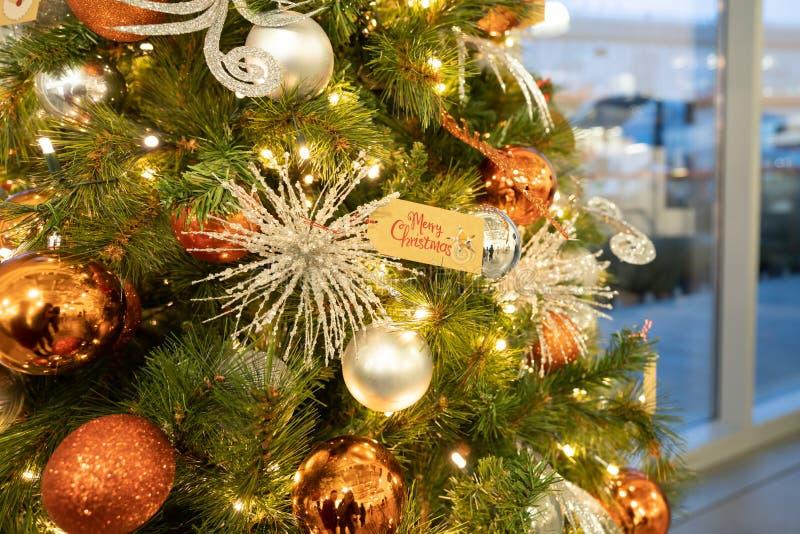 Sluiting van bubbelballen die hangen van een versierde kerstboom stock foto
