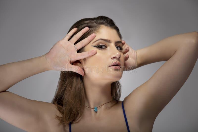 Sluiting van de mooie vrouw die de ogen van de liner verzint royalty-vrije stock foto's