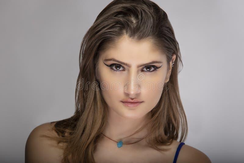 Sluiting van de mooie vrouw die de ogen van de liner verzint stock foto's