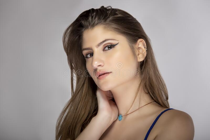 Sluiting van de mooie vrouw die de ogen van de liner verzint stock foto