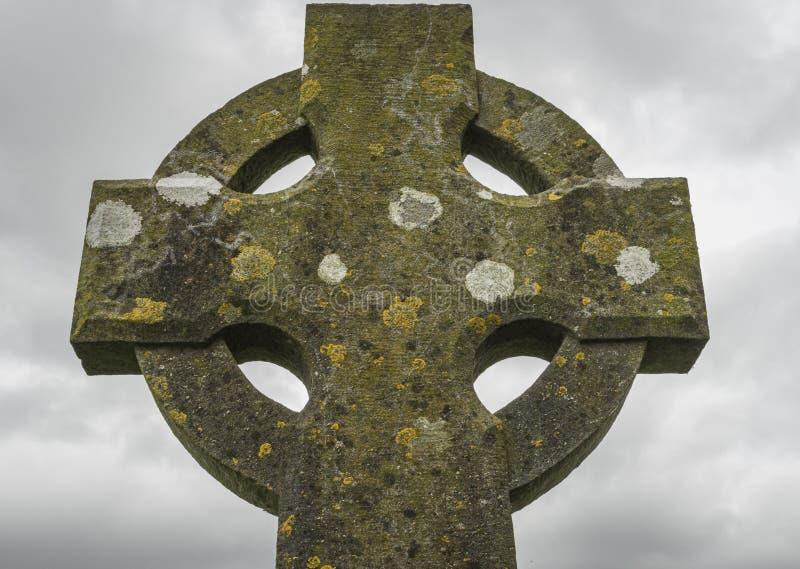 Sluiting van een eeuwenoud Keltisch kruis in steen royalty-vrije stock foto