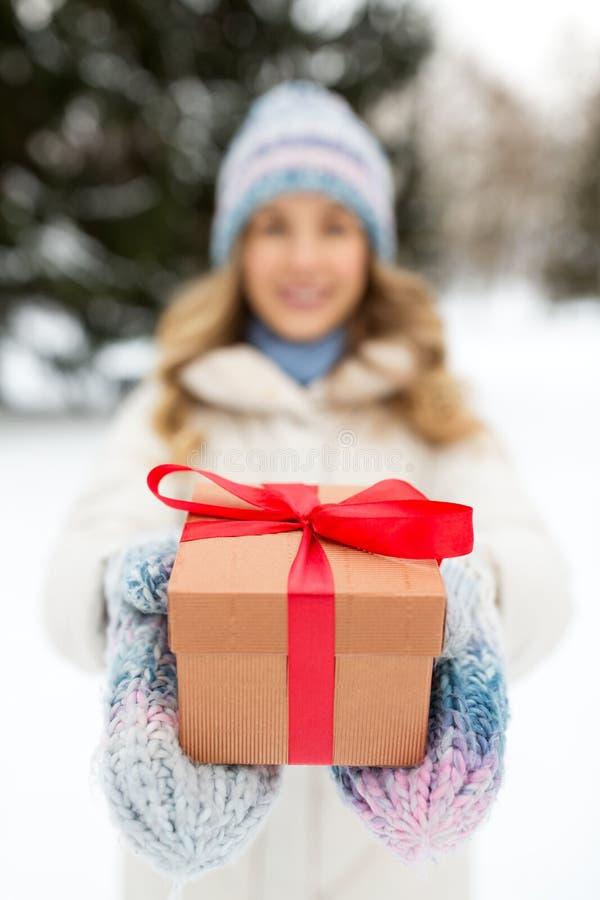 Sluiting van een vrouw met kerstcadeau in de winter stock foto