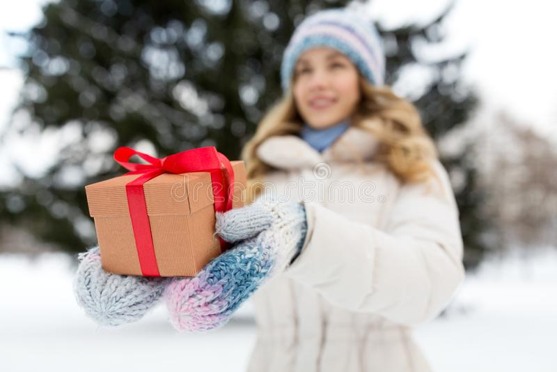 Sluiting van een vrouw met kerstcadeau in de winter stock afbeeldingen