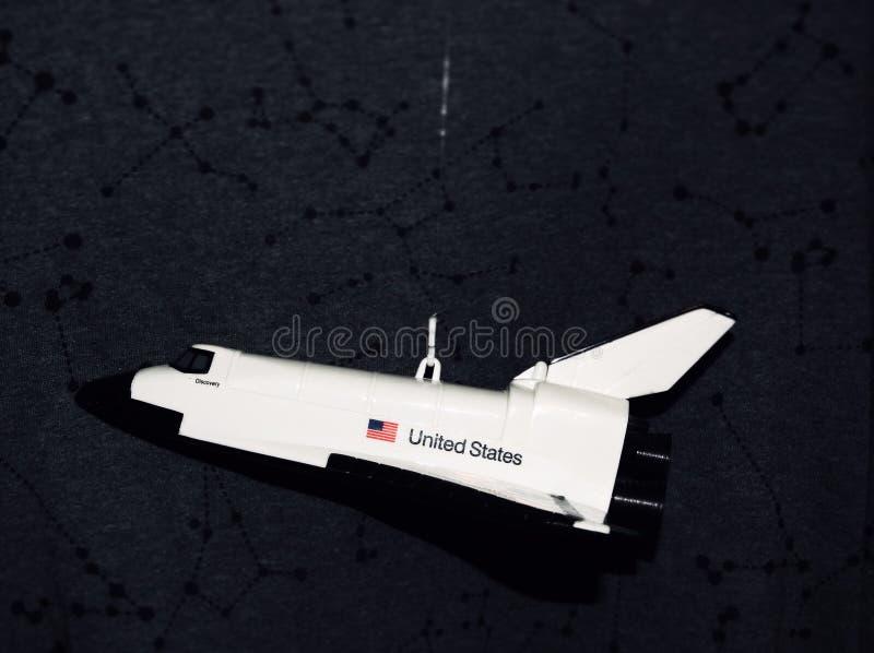 Sluiting van een wit vliegtuigspeelgoed met de vlag van de Verenigde Staten op een zwarte achtergrond stock fotografie