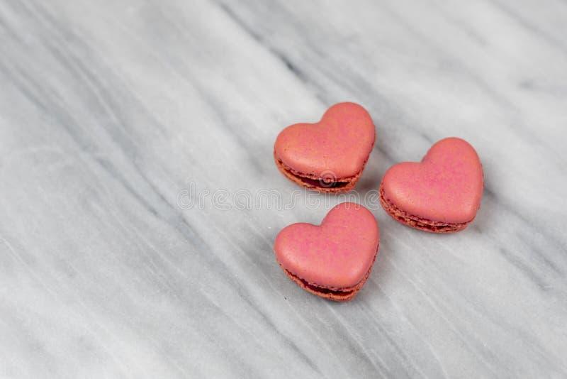 Sluiting van roze, hartvormige macaroons royalty-vrije stock foto
