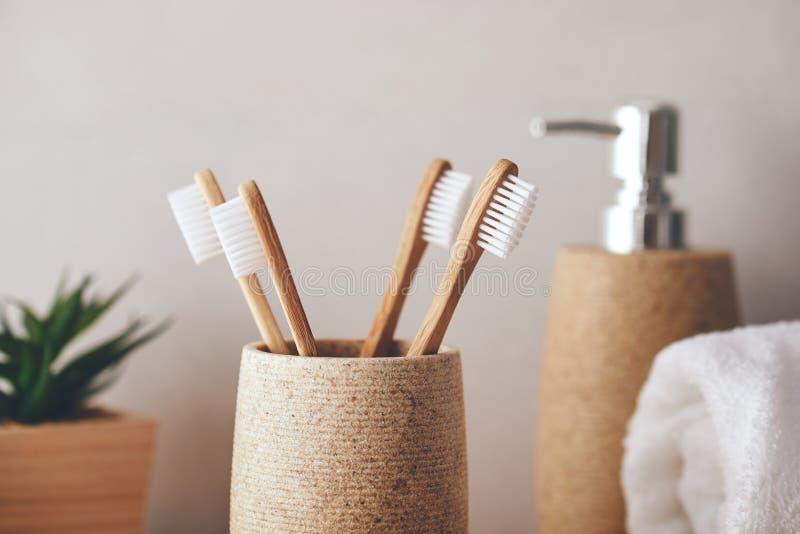 Sluiting van tandenborstels in een beker royalty-vrije stock afbeelding