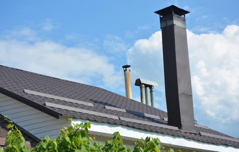 Sluitingen op nieuwe dakbescherming tegen sneeuwbordjes Sneeuwbeveiliging op metalen dakbedekking en wandconstructie stock foto