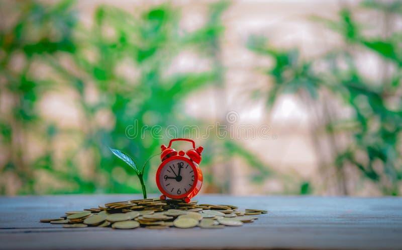 Sluitingstijd en met geld het groeien stock foto