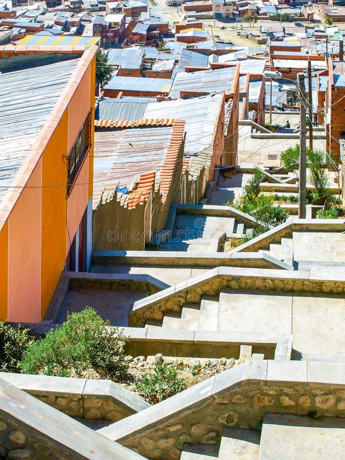 Slumhäuser im Steil von La Paz, Bolivien lizenzfreie stockfotos