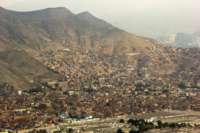Slumkvarter i Lima i Peru arkivbild