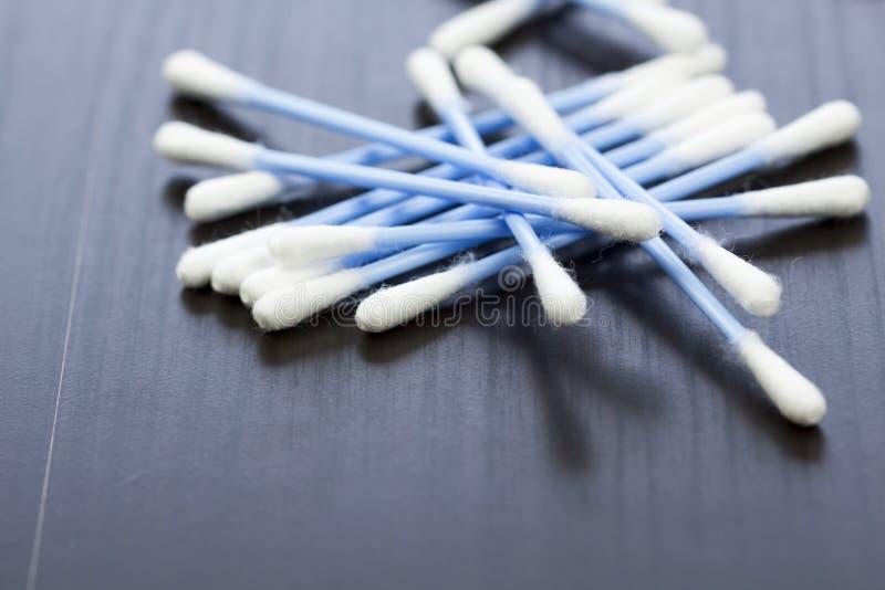 Slumpmässig hög av blåa plast- bomullsearbuds royaltyfri foto