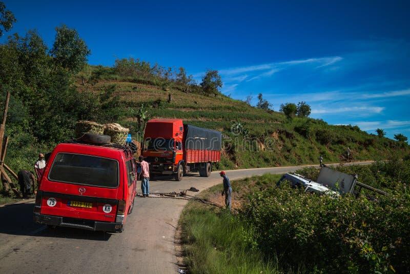 Slumpmässiga bilar stoppade på bergvägen arkivbild