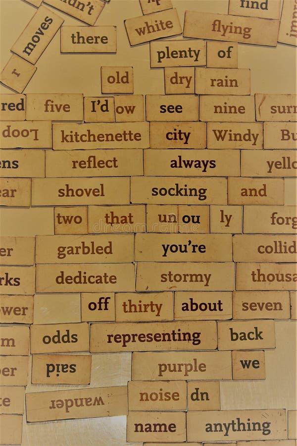 Slumpmässiga ord på ett bräde kan gristra minnen arkivbild