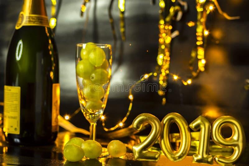 Slut av årsbegreppet Exponeringsglas av champagne med druvor inom arkivfoto