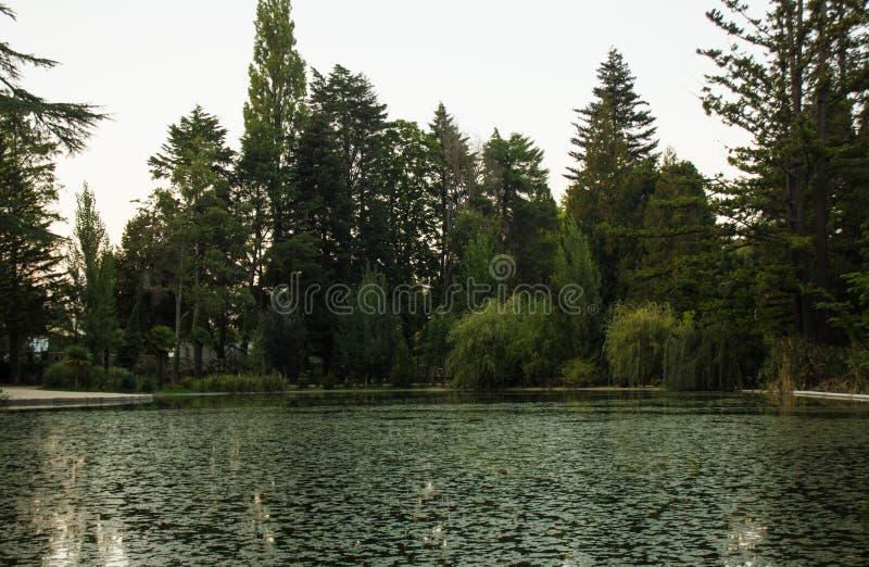 Slut av en sommardag över sjön på Pedras Salgadas, Portugal royaltyfri fotografi