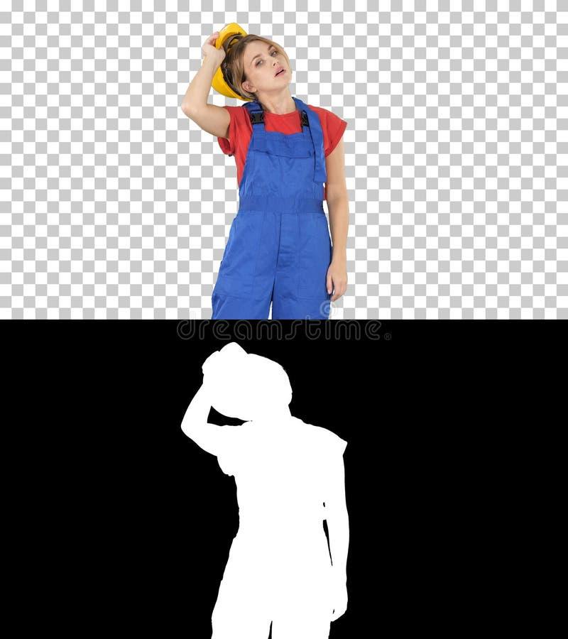 Slut av kvinnan för arbetsdagsbyggnadsarbetare som tar av hardhaten, Alpha Channel royaltyfria bilder