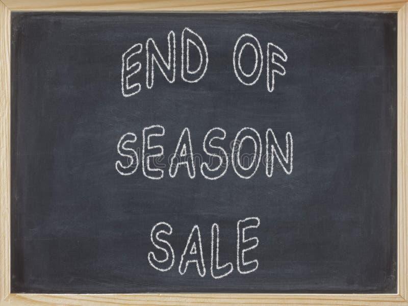 Slut av säsongSale kött som är skriftligt på en svart tavla arkivbild