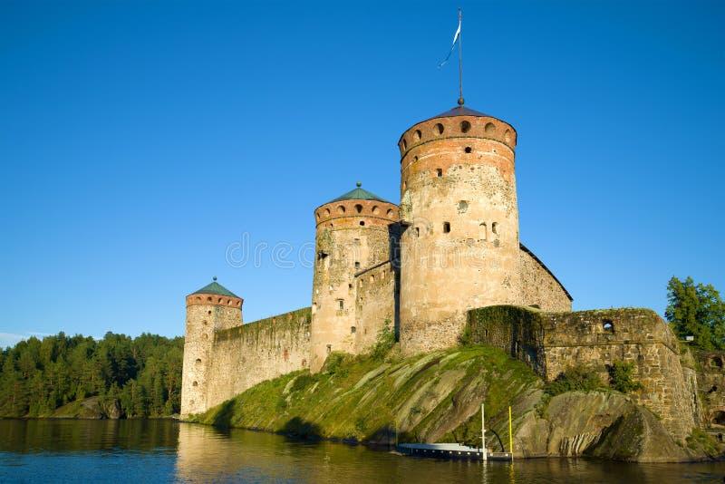 Slut för fästning för Olavinlinn ` s upp i den Augusti aftonen forntida solnedgång för savonlinna för finland fästningolavinlinna arkivbild