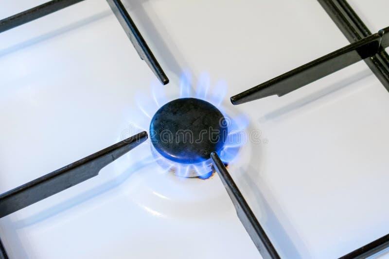 Slut för flamma för gasgasbrännare upp Vara kan en källa av brand eller explosionen Hushållgasugn arkivfoton