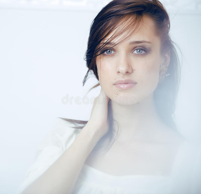 Slut för kvinna för ung brunett för skönhet ledset upp, verkligt brunnsorthår på att inspirera för framsida royaltyfri foto