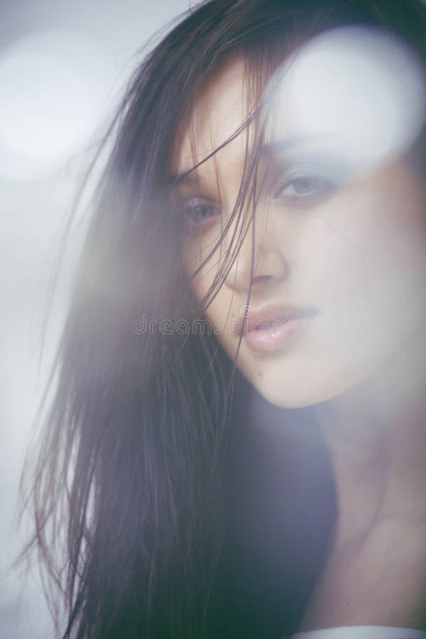 Slut för kvinna för ung brunett för skönhet ledset upp, verkligt brunnsorthår på att inspirera för framsida arkivbild
