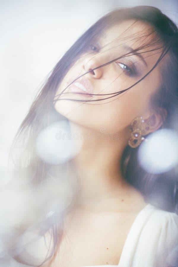Slut för kvinna för ung brunett för skönhet ledset upp, verkligt brunnsorthår på att inspirera för framsida arkivfoto