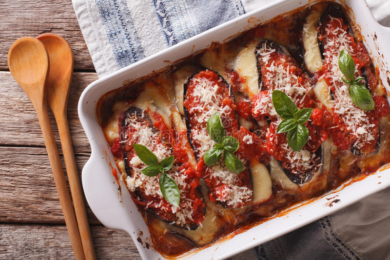 Slut för parmigiana för aubergineMelanzane alla upp i bakningmaträtt Hori royaltyfri foto