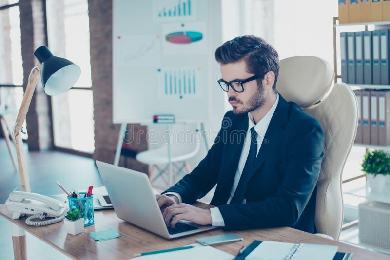 Slut för sidoprofilsikt upp fotoståenden av smart fokuserad klyftig intelligent koncentrerad stilig entreprenörmaskinskrivningmej arkivfoton