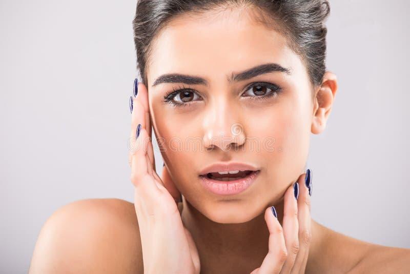 Slut för stående för skönhetkvinnaframsida upp Härlig modellflicka med perfekt ny ren hud på grå färger royaltyfri fotografi