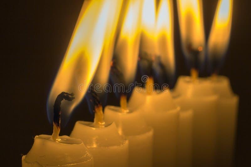 Slut för stearinljusflamma upp i svart bakgrund royaltyfria foton