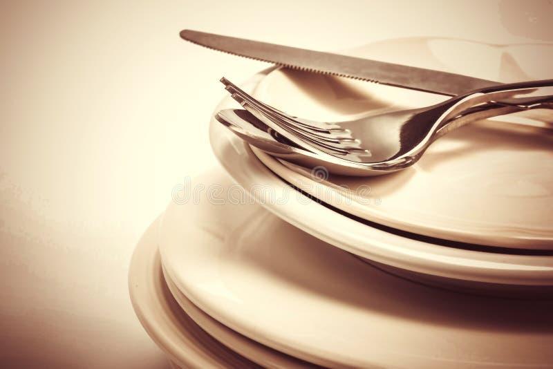 Slut som dinning upp den bestickgaffeln, skeden och kniven med maträtten på arkivfoton