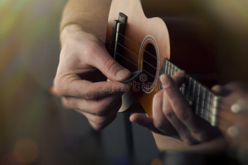 Slut som spelar upp ukulelet arkivfoton
