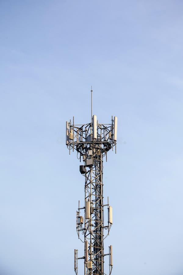 Slut upp överkant för kommunikationstorn radioantenntorn royaltyfria foton