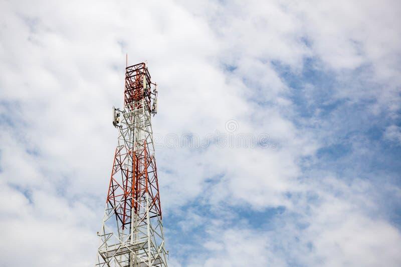 Slut upp överkant för kommunikationstorn radioantenntorn arkivbild