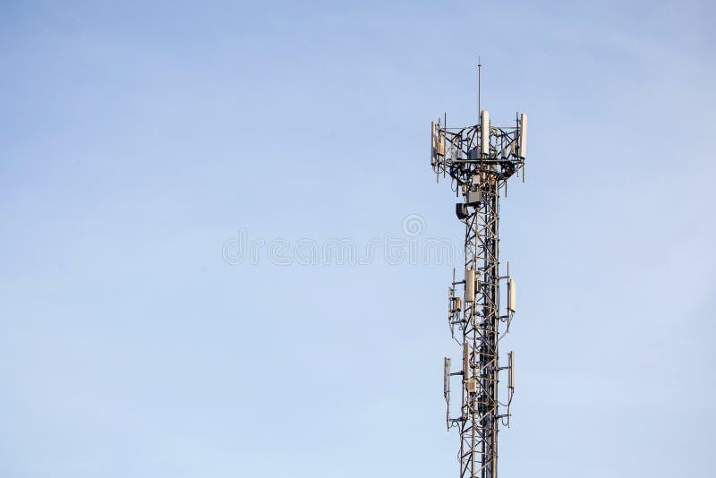 Slut upp överkant för kommunikationstorn radioantenntorn royaltyfri foto