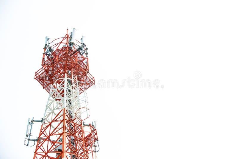 Slut upp överkant för kommunikationstorn Radioantenntorn, mikrovågantenntorn på ljus himmelbakgrund royaltyfri fotografi