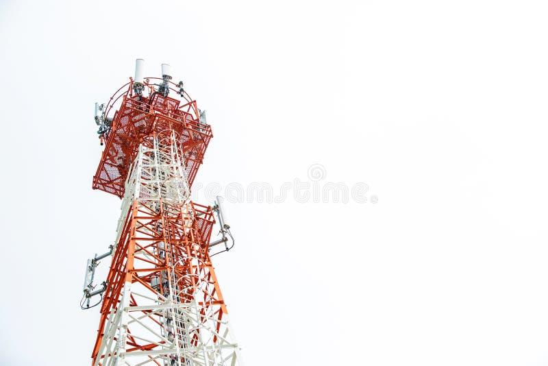 Slut upp överkant för kommunikationstorn Radioantenntorn, mikrovågantenntorn på ljus himmelbakgrund conce för trådlös teknologi arkivbild