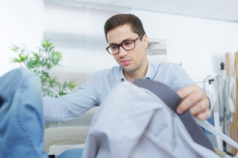 Slut upp affärsmanemballagekläder in i lopppåse arkivbild
