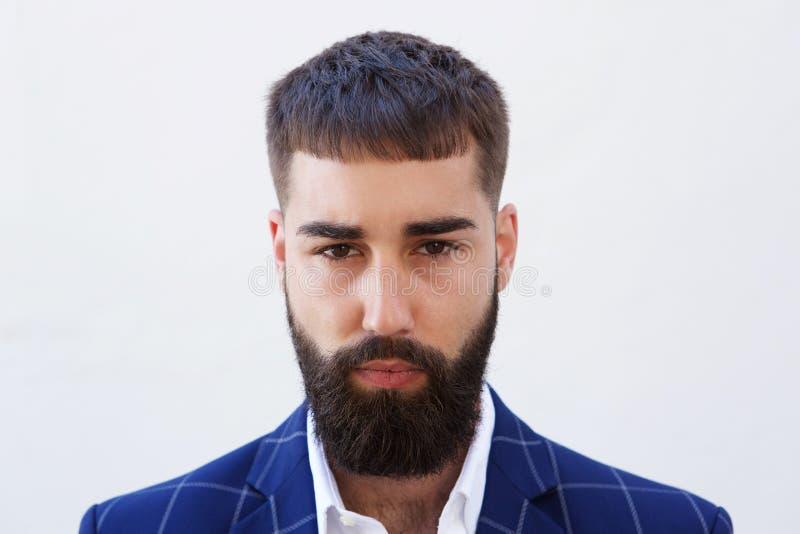 Slut upp allvarlig affärsman med att stirra för skägg royaltyfri fotografi