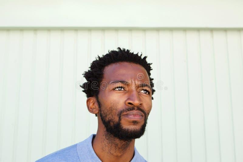 Slut upp allvarlig afrikansk amerikanman i begrundande royaltyfri foto