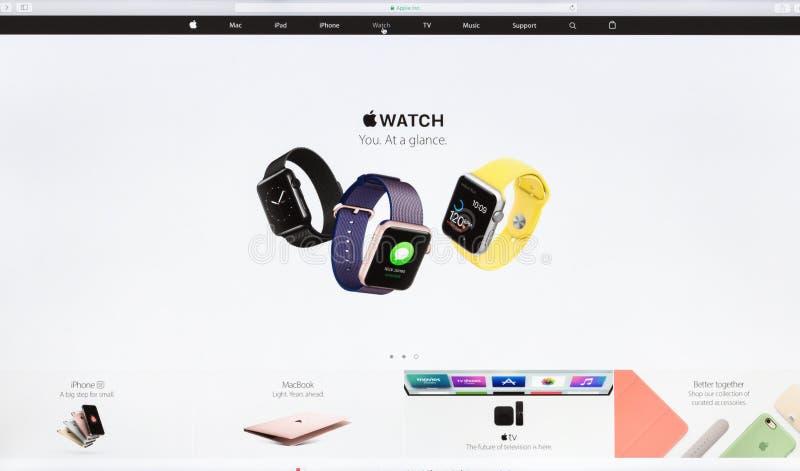 Slut upp Apple Inc website på den imac näthinneskärmen som ställer ut äppleklockan arkivfoto