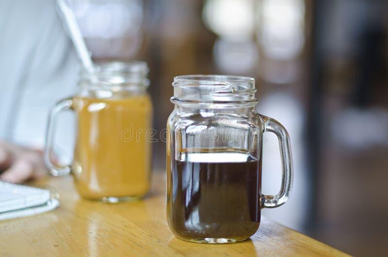 Slut upp att studera för coffee shop för murarekrus royaltyfri fotografi